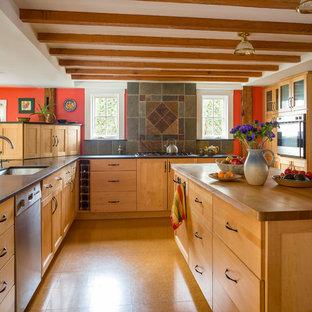 ボストンのトランジショナルスタイルのおしゃれなキッチン (アンダーカウンターシンク、シェーカースタイル扉のキャビネット、中間色木目調キャビネット、木材カウンター、マルチカラーのキッチンパネル、スレートのキッチンパネル、シルバーの調理設備、コルクフローリング、オレンジの床、茶色いキッチンカウンター) の写真