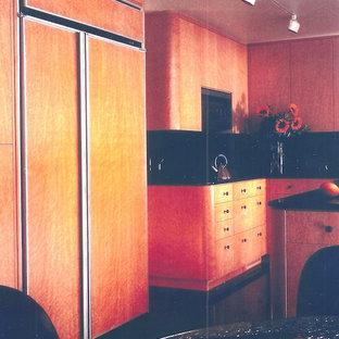 Offene, Mittelgroße Moderne Küche in U-Form mit Unterbauwaschbecken, Schrankfronten mit vertiefter Füllung, braunen Schränken, Granit-Arbeitsplatte, Küchengeräten aus Edelstahl und Kücheninsel in Washington, D.C.