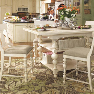 サンディエゴの大きいカントリー風おしゃれなキッチン (エプロンフロントシンク、シェーカースタイル扉のキャビネット、白いキャビネット、人工大理石カウンター、赤いキッチンパネル、レンガのキッチンパネル、パネルと同色の調理設備、無垢フローリング、ベージュの床) の写真