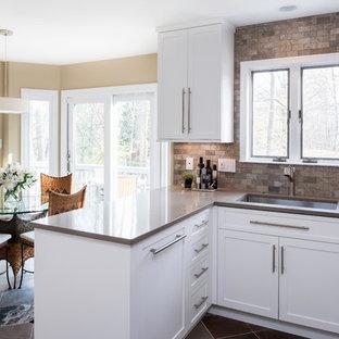 Exempel på ett avskilt, mellanstort modernt u-kök, med en undermonterad diskho, skåp i shakerstil, vita skåp, bänkskiva i kvarts, flerfärgad stänkskydd, stänkskydd i marmor, rostfria vitvaror, skiffergolv, en halv köksö och flerfärgat golv