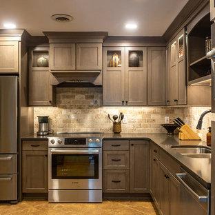 Geschlossene, Mittelgroße Moderne Küche ohne Insel in L-Form mit Doppelwaschbecken, Glasfronten, dunklen Holzschränken, Quarzwerkstein-Arbeitsplatte, Rückwand aus Travertin, Küchengeräten aus Edelstahl und schwarzer Arbeitsplatte in Sonstige