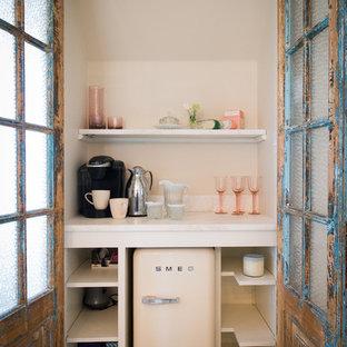 Foto på ett litet shabby chic-inspirerat kök, med öppna hyllor, vita skåp och vita vitvaror