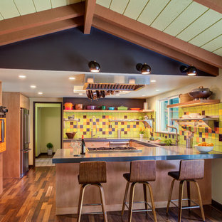サンフランシスコの大きいエクレクティックスタイルのおしゃれなキッチン (アンダーカウンターシンク、オープンシェルフ、淡色木目調キャビネット、クオーツストーンカウンター、マルチカラーのキッチンパネル、セラミックタイルのキッチンパネル、シルバーの調理設備、濃色無垢フローリング、茶色い床、グレーのキッチンカウンター) の写真