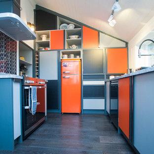 Пример оригинального дизайна: п-образная кухня среднего размера в стиле фьюжн с оранжевыми фасадами