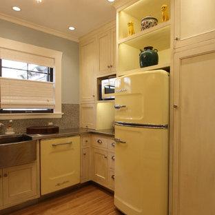 ポートランドの中サイズのエクレクティックスタイルのおしゃれなキッチン (アンダーカウンターシンク、インセット扉のキャビネット、ベージュのキャビネット、亜鉛製カウンター、グレーのキッチンパネル、モザイクタイルのキッチンパネル、カラー調理設備、無垢フローリング、アイランドなし、茶色い床) の写真