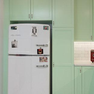 Foto de cocina en L, tradicional, de tamaño medio, abierta, con fregadero sobremueble, armarios estilo shaker, puertas de armario verdes, encimera de cuarzo compacto, salpicadero blanco, salpicadero de azulejos tipo metro, electrodomésticos blancos, suelo de baldosas de porcelana y península