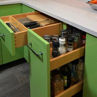 デンバーの中サイズのエクレクティックスタイルのおしゃれなキッチン (アンダーカウンターシンク、フラットパネル扉のキャビネット、濃色木目調キャビネット、クオーツストーンカウンター、白いキッチンパネル、セラミックタイルのキッチンパネル、シルバーの調理設備の、淡色無垢フローリング、グレーの床) の写真