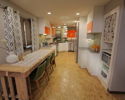 Cucina con ante arancioni e pavimento in compensato foto e idee