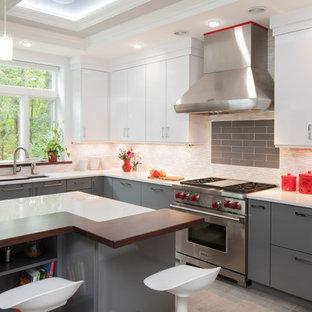 ニューヨークのL型コンテンポラリースタイルのキッチンの画像 (アンダーカウンターシンク、フラットパネル扉のキャビネット、グレーのキャビネット、マルチカラーのキッチンパネル、ボーダータイルのキッチンパネル、シルバーの調理設備、アイランド1つ)