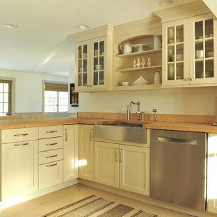 Diseño de cocina en L, tradicional, de tamaño medio, abierta, con fregadero sobremueble, armarios tipo vitrina, encimera de madera, electrodomésticos de acero inoxidable, suelo de madera clara y una isla