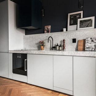 Exempel på ett mellanstort skandinaviskt kök, med släta luckor och vita skåp