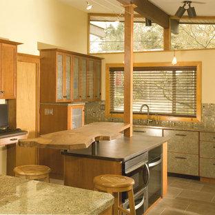 Asiatisk inredning av ett stort kök, med träbänkskiva, en undermonterad diskho, släta luckor, grå skåp, grått stänkskydd, stänkskydd i mosaik, rostfria vitvaror, travertin golv och en köksö