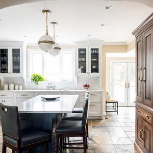 Immagine di una cucina tradizionale di medie dimensioni con lavello a vasca singola, top in quarzo composito, paraspruzzi bianco, paraspruzzi in lastra di pietra, elettrodomestici da incasso, pavimento in ardesia, isola, pavimento multicolore e top bianco