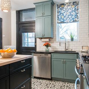 Idéer för små lantliga l-kök, med skåp i shakerstil, blå skåp, bänkskiva i kvarts, vitt stänkskydd, stänkskydd i tunnelbanekakel, rostfria vitvaror, klinkergolv i porslin, en köksö och en undermonterad diskho