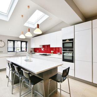 ロンドンの中くらいのコンテンポラリースタイルのおしゃれなキッチン (アンダーカウンターシンク、フラットパネル扉のキャビネット、ターコイズのキャビネット、珪岩カウンター、赤いキッチンパネル、ガラス板のキッチンパネル、淡色無垢フローリング、茶色い床、白いキッチンカウンター) の写真