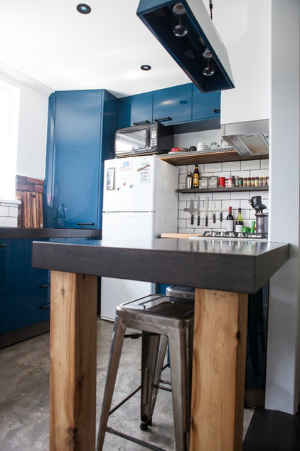 Modern Kitchen by Born Builders