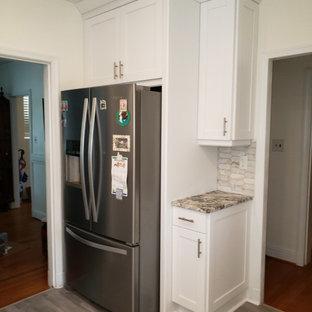 リッチモンドの中サイズのモダンスタイルのおしゃれなキッチン (エプロンフロントシンク、シェーカースタイル扉のキャビネット、白いキャビネット、御影石カウンター、白いキッチンパネル、大理石の床、シルバーの調理設備の、セラミックタイルの床、アイランドなし、グレーの床、マルチカラーのキッチンカウンター) の写真