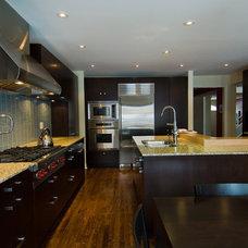 Modern Kitchen by BiglarKinyan Design Planning Inc.
