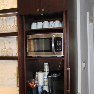ニューヨークの中サイズのモダンスタイルのおしゃれなキッチン (アンダーカウンターシンク、フラットパネル扉のキャビネット、濃色木目調キャビネット、クオーツストーンカウンター、白いキッチンパネル、モザイクタイルのキッチンパネル、シルバーの調理設備、無垢フローリング) の写真