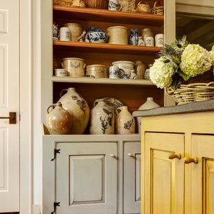 アトランタの小さいラスティックスタイルのおしゃれなキッチン (エプロンフロントシンク、インセット扉のキャビネット、ヴィンテージ仕上げキャビネット、ソープストーンカウンター、黒いキッチンパネル、石スラブのキッチンパネル、シルバーの調理設備、レンガの床) の写真