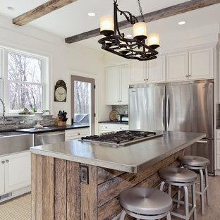 Пример оригинального дизайна: п-образная кухня в стиле современная классика с раковиной в стиле кантри, фасадами с выступающей филенкой, белыми фасадами, серым фартуком, фартуком из удлиненной плитки, техникой из нержавеющей стали и столешницей из цинка
