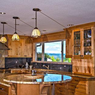 Klassische Küche mit Unterbauwaschbecken, Schrankfronten im Shaker-Stil, hellen Holzschränken, Granit-Arbeitsplatte, Küchenrückwand in Blau, Rückwand aus Stein, Küchengeräten aus Edelstahl, braunem Holzboden und braunem Boden in Portland