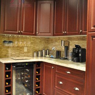 Klassische Küche mit Doppelwaschbecken, profilierten Schrankfronten, dunklen Holzschränken, Quarzwerkstein-Arbeitsplatte, Küchenrückwand in Beige und Küchengeräten aus Edelstahl in Toronto