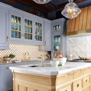 Foto di una grande cucina classica con lavello sottopiano, isola, ante a filo, ante grigie, top in marmo, paraspruzzi bianco, paraspruzzi in lastra di pietra, elettrodomestici in acciaio inossidabile e pavimento in legno massello medio