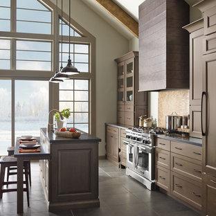 Immagine di una cucina rustica di medie dimensioni con ante a filo, ante marroni, top in superficie solida, elettrodomestici in acciaio inossidabile, pavimento con piastrelle in ceramica, isola e pavimento marrone