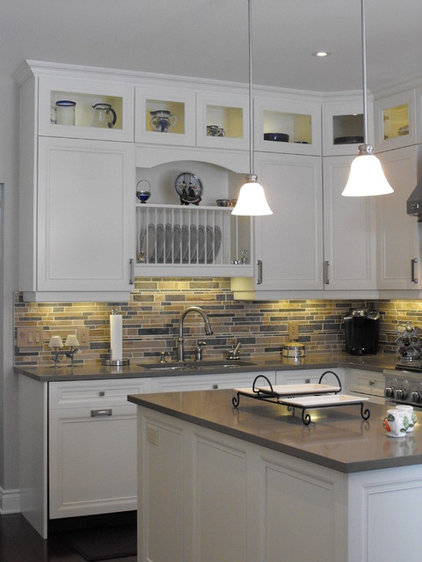 Traditional Kitchen by 2GO Custom Kitchens Inc.