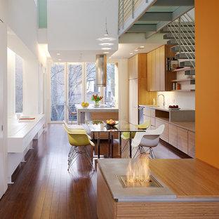 Diseño de cocina comedor en L, contemporánea, grande, con armarios con paneles lisos, puertas de armario de madera oscura, encimera de madera, electrodomésticos con paneles, suelo de madera en tonos medios, dos o más islas y suelo marrón