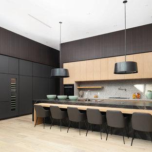 Große Moderne Wohnküche in L-Form mit flächenbündigen Schrankfronten, hellen Holzschränken, Küchengeräten aus Edelstahl, hellem Holzboden, Kücheninsel, Küchenrückwand in Grau und beigem Boden in Los Angeles
