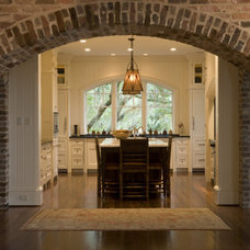 Traditional Kitchen by Solaris Inc.