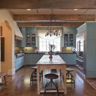Mittelgroße Country Küche mit Landhausspüle, Schrankfronten im Shaker-Stil, türkisfarbenen Schränken, Granit-Arbeitsplatte, bunter Rückwand, Rückwand aus Zementfliesen, Küchengeräten aus Edelstahl und dunklem Holzboden in Houston