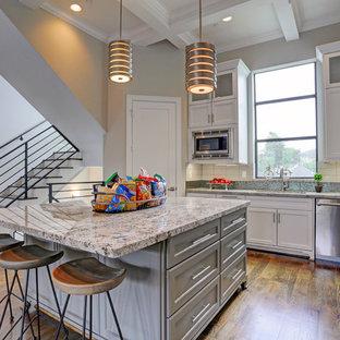 Esempio di una grande cucina classica con lavello sottopiano, ante a persiana, ante bianche, top in laminato, paraspruzzi bianco, paraspruzzi con piastrelle in ceramica, elettrodomestici in acciaio inossidabile, parquet scuro e isola