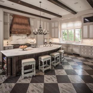 Offene Klassische Küche in L-Form mit Unterbauwaschbecken, Schrankfronten im Shaker-Stil, beigen Schränken, Marmor-Arbeitsplatte, Küchenrückwand in Weiß, Rückwand aus Marmor, Elektrogeräten mit Frontblende, gebeiztem Holzboden, Kücheninsel und buntem Boden in Houston