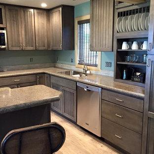 他の地域の中サイズのインダストリアルスタイルのおしゃれなキッチン (アンダーカウンターシンク、シェーカースタイル扉のキャビネット、グレーのキャビネット、ラミネートカウンター、青いキッチンパネル、モザイクタイルのキッチンパネル、シルバーの調理設備の、クッションフロア) の写真