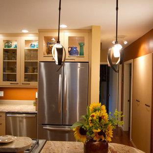 Diseño de cocina comedor en U, ecléctica, pequeña, con fregadero bajoencimera, armarios con paneles lisos, puertas de armario de madera clara, encimera de granito, salpicadero naranja, salpicadero de losas de piedra, electrodomésticos de acero inoxidable, península y encimeras naranjas