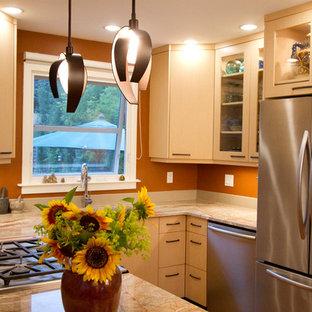 Idee per una piccola cucina eclettica con lavello sottopiano, ante lisce, ante in legno chiaro, top in granito, paraspruzzi arancione, paraspruzzi in lastra di pietra, elettrodomestici in acciaio inossidabile, penisola e top arancione