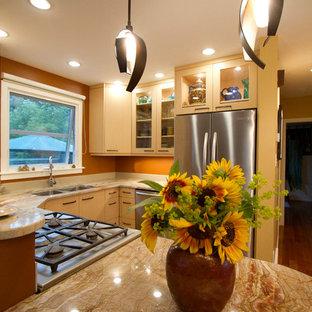 Kleine Eklektische Wohnküche in U-Form mit Unterbauwaschbecken, flächenbündigen Schrankfronten, hellen Holzschränken, Granit-Arbeitsplatte, Küchenrückwand in Orange, Rückwand aus Stein, Küchengeräten aus Edelstahl, Halbinsel und oranger Arbeitsplatte in Edmonton