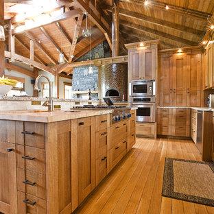 Inredning av ett rustikt kök, med träbänkskiva