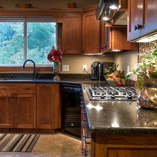 他の地域の中サイズのラスティックスタイルのおしゃれなキッチン (アンダーカウンターシンク、シェーカースタイル扉のキャビネット、淡色木目調キャビネット、御影石カウンター、マルチカラーのキッチンパネル、モザイクタイルのキッチンパネル、黒い調理設備) の写真