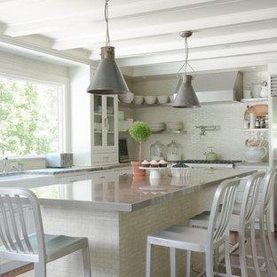 ニューヨークの中サイズのトランジショナルスタイルのおしゃれなキッチン (エプロンフロントシンク、フラットパネル扉のキャビネット、白いキャビネット、コンクリートカウンター、緑のキッチンパネル、サブウェイタイルのキッチンパネル、シルバーの調理設備の、無垢フローリング、茶色い床) の写真