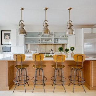 Immagine di una cucina minimalista di medie dimensioni con lavello sottopiano, ante lisce, ante bianche, paraspruzzi con piastrelle di metallo, elettrodomestici in acciaio inossidabile, parquet chiaro, isola, pavimento beige, top bianco e top in quarzo composito