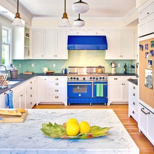 Ejemplo de cocina en U, tradicional, cerrada, con salpicadero de azulejos tipo metro, fregadero bajoencimera, armarios con paneles empotrados, puertas de armario blancas, encimera de mármol, salpicadero gris, electrodomésticos de colores y encimeras azules