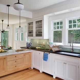 シアトルのヴィクトリアン調のおしゃれなキッチン (サブウェイタイルのキッチンパネル、アンダーカウンターシンク、落し込みパネル扉のキャビネット、白いキャビネット、大理石カウンター、緑のキッチンパネル) の写真