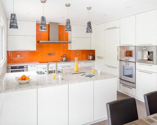 Foton och inspiration för kök, med orange stänkskydd och en halv köksö