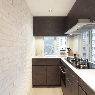 Idee per una piccola cucina a L minimalista chiusa con lavello a doppia vasca, ante lisce, ante in legno bruno, top in quarzo composito, paraspruzzi bianco, paraspruzzi in lastra di pietra, elettrodomestici in acciaio inossidabile, pavimento in cementine e nessuna isola