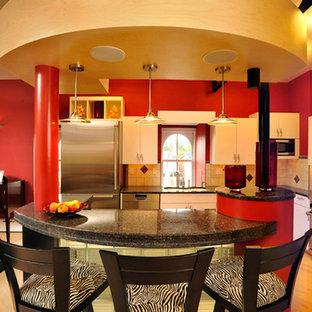 他の地域の大きいコンテンポラリースタイルのおしゃれなキッチン (ドロップインシンク、フラットパネル扉のキャビネット、黄色いキャビネット、御影石カウンター、ベージュキッチンパネル、セラミックタイルのキッチンパネル、シルバーの調理設備の、淡色無垢フローリング) の写真