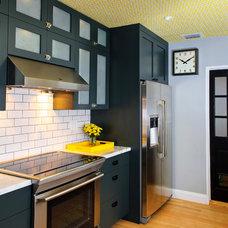 Modern Kitchen by Errez Design Inc.